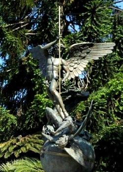Existe un monumento a San Miguel Arcángel en los jardines del Vaticano 1