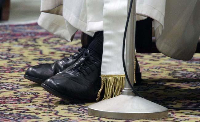 Bergoglio llama a su zapatero: «Los zapatos negros de siempre, nada de rojo» 2