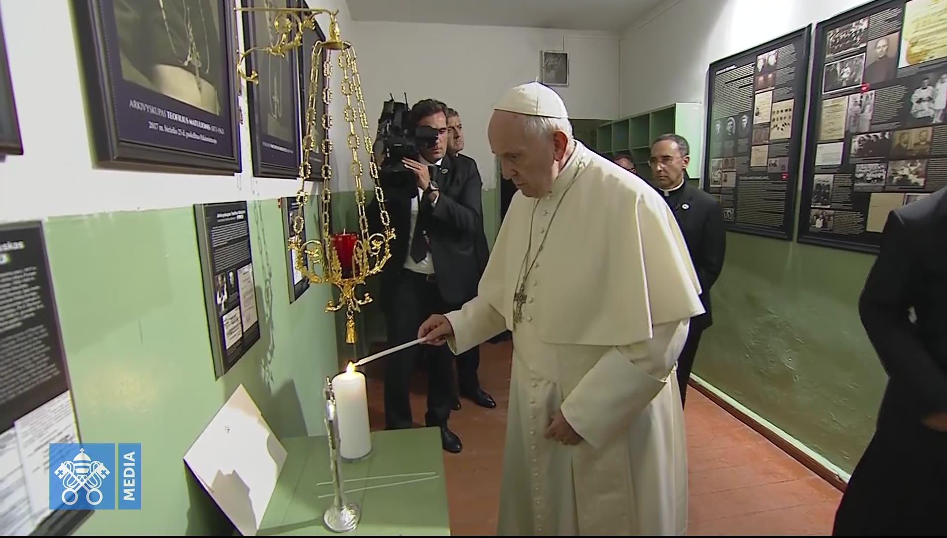 El Papa visita conmovido celdas donde el KGB torturó a sacerdotes y obispos 1