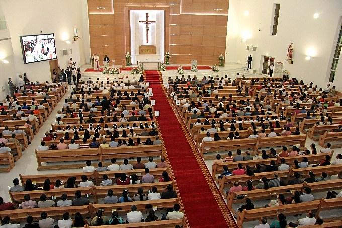 Miles de personas acuden a las Misas en las iglesias de Emiratos Árabes Unidos 1