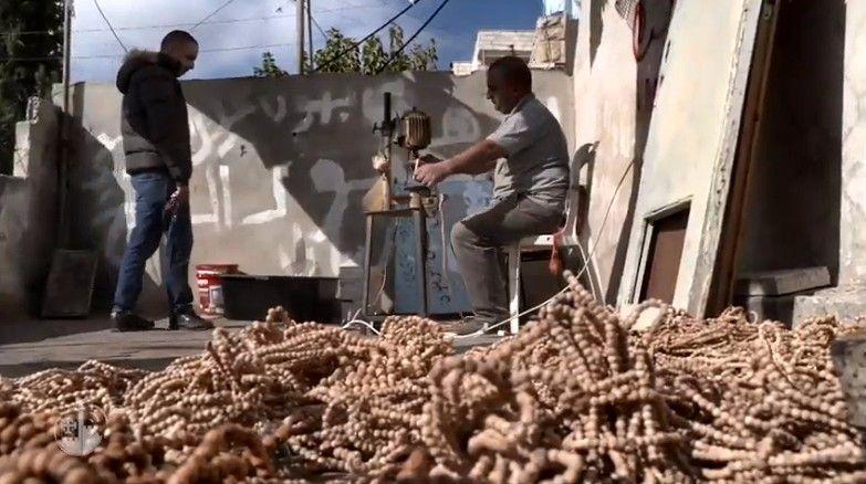 Artesanos pobres de Belén, en su mayoría cristianos, han fabricado un millón de rosarios para la JMJ de Panamá 1