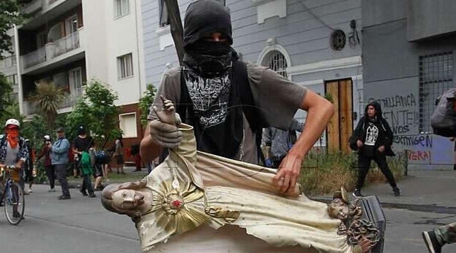Fieles se reúnen para rezar en la iglesia profanada y saqueada en Chile 1
