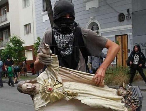 Fieles se reúnen para rezar en la iglesia profanada y saqueada en Chile