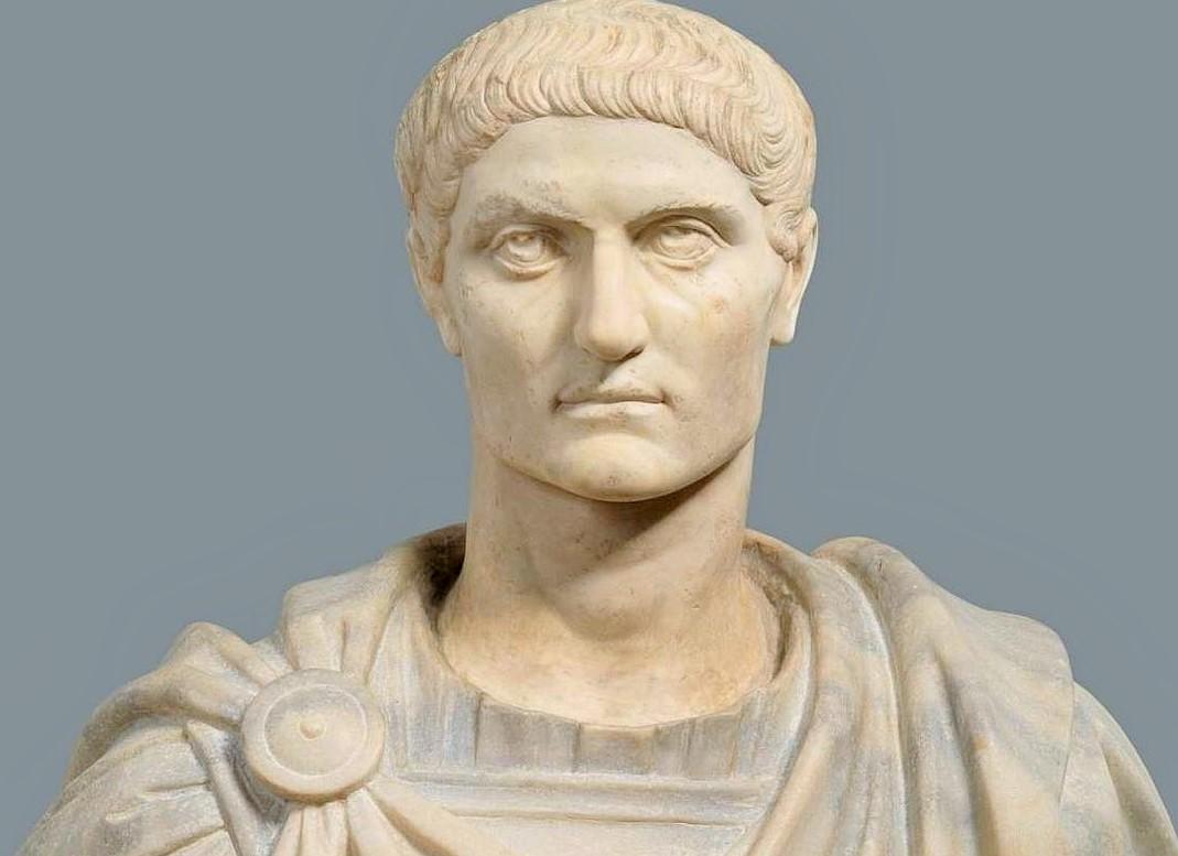 ¿Cómo favoreció Constantino a los cristianos hasta asentarlos socialmente dentro del Imperio? 1