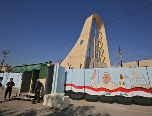 Papa Francisco visita Catedral atacada por Al Qaeda hace 10 años